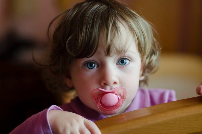 petite fille avec tétine