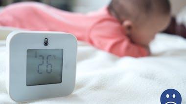 gros plan d'un thermomètre dans une chambre bébé