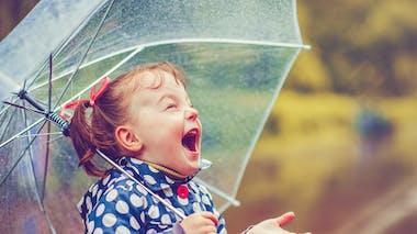 petite fille sous un parapluie