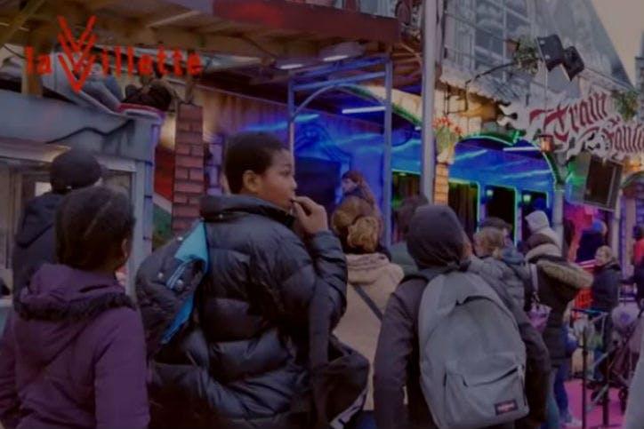Des jeunes à la fête foraine de Noël à La Villette
