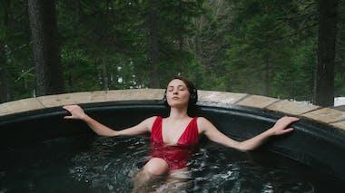 femme dans un bassin devant une forêt