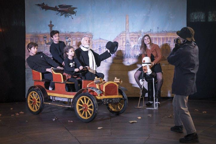 une famille prend la pose dans les décors du musée des arts forains