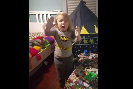 Ce Batman en pyjama a eu très peur quand il s'est fait surprendre en train de jouer dans sa chambre en pleine nuit
