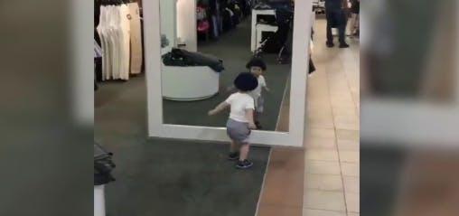 Ce bébé a fait des millions de vues en jouant devant un miroir :