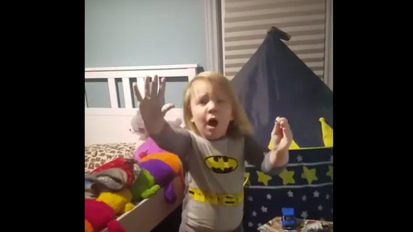 Surpris en train de jouer en pleine nuit, cet enfant a une réaction hilarante !