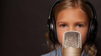 une enfant s'apprêtant à chanter