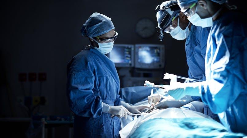 Hystérectomie : un gant en latex et cinq compresses oubliés dans le bas-ventre de la patiente
