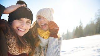 gdeux femmes rient dans la neige