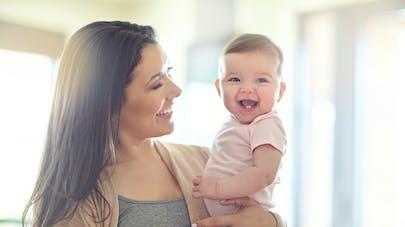 une maman porte son adorable enfant