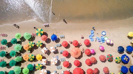 Brésil: une plage entière part à la recherche de la maman d'un petit garçon perdu (vidéo)