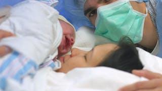 un bébé né par césarienne et ses parents