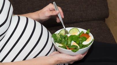femme enceinte mangeant une salade composée