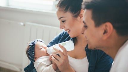 Biberon dès la naissance : les étapes à suivre à la maternité et après