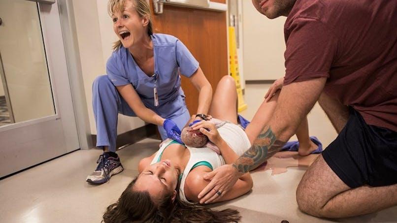 Les impressionnantes photos d'un accouchement dans le couloir de la maternité