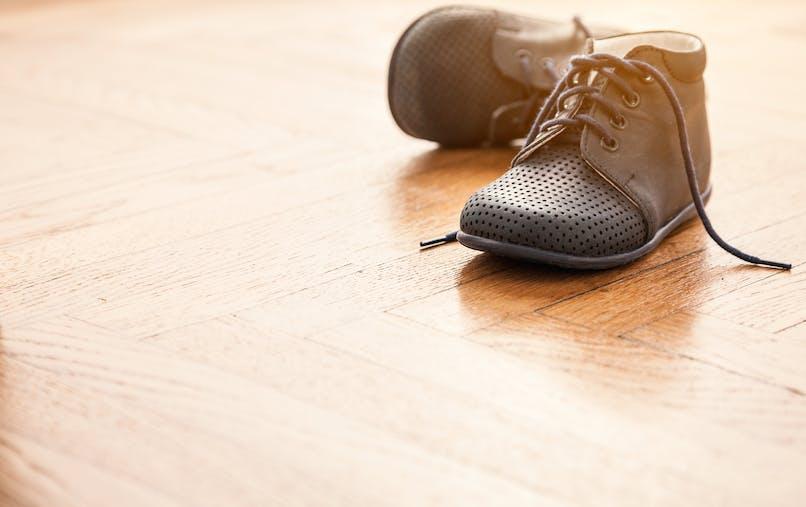 paire de petites chaussures à lacets