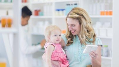 Mère et sa fille dans une pharmacie