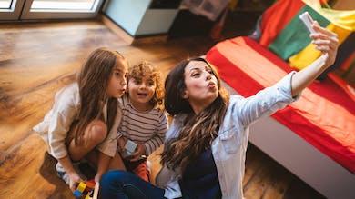 deux enfants et leur baby-sitter