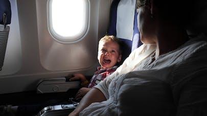 Avion : un enfant crie durant les 8 heures de vol, un passager l'a filmé (vidéo)