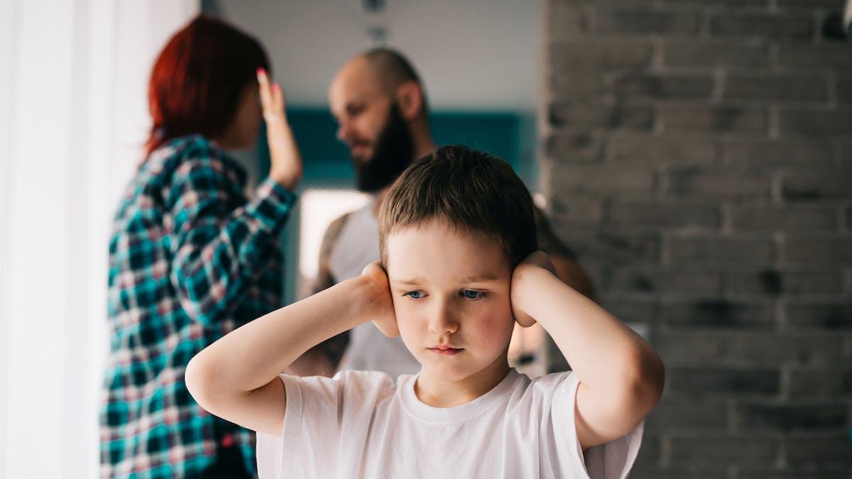 un enfant entend ses parents se disputer
