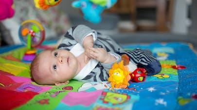 bébé sur tapis d'éveil