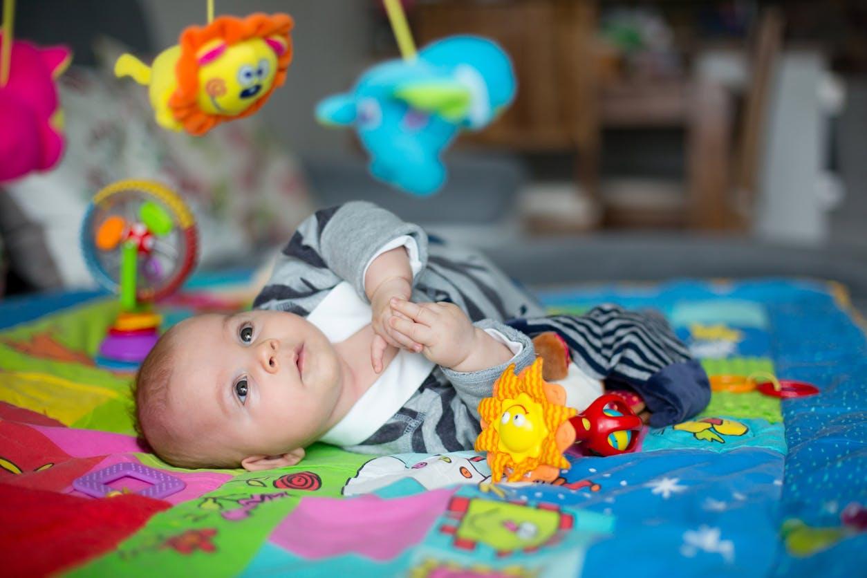 Tapis D Éveil Sac A Jouets tapis d'éveil : les atouts des tapis d'éveil pour les bébés
