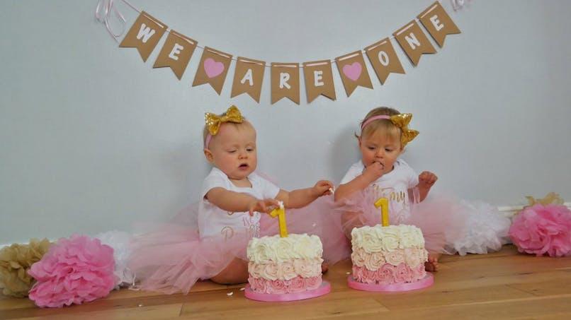 Dingue ! Elle reproduit ses filles en gâteau pour leur anniversaire (vidéo)