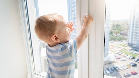 Un enfant tombe du 3e étage: il est rattrapé in extremis par des policiers!