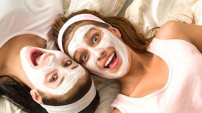 deux femmes avec un masque de beauté sur le visage