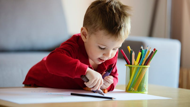 Les enfants peinent à tenir leur crayon, en raison d'un usage excessif de technologie numérique