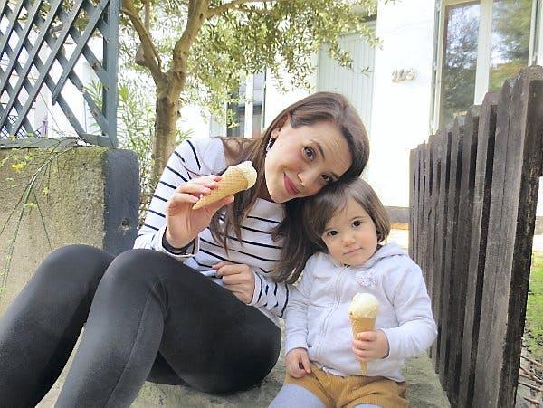 une maman et sa fille mangent une glace
