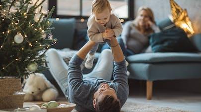 un père joue avec son bébé