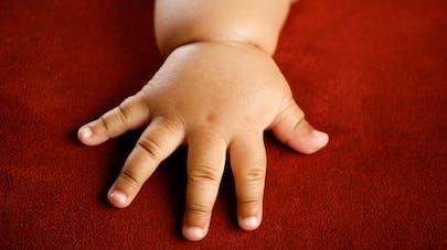 main de bébé obèse