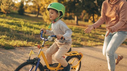 apprentissage vélo mère enfant
