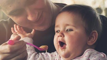 papa qui donne à manger à son bébé