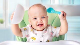 bébé qui attend son repas