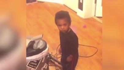Découvrez la technique imparable de cet enfant quand il se fait gronder (vidéo)