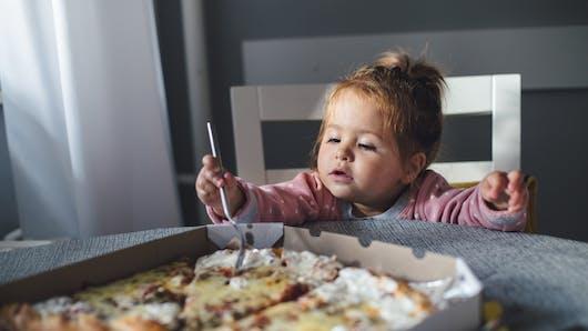 Ce bébé goûte à la pizza pour la première fois, et sa réaction devient virale (photo)