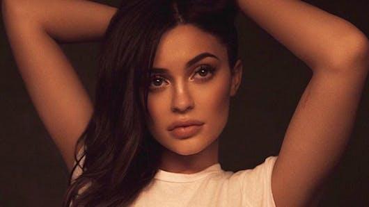 Kylie Jenner complètement gaga des joues de sa petite Stormi (vidéo)