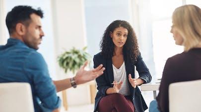 couple discute chez un médiateur