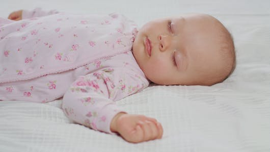 Bébé : les accessoires de lit augmenteraient le risque de mort subite