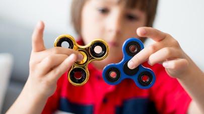 enfant jouant au hand spinner