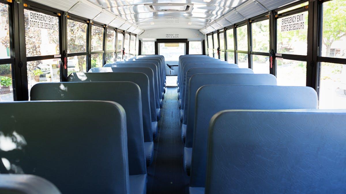 intérieur de car scolaire vide
