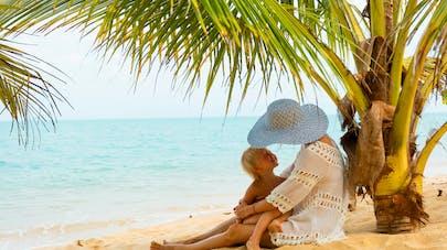 maman bébé plage tropicale
