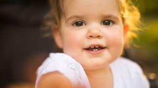 Un bébé qui sourit
