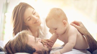 parents jouent avec un bébé