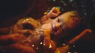 nouveau-né dans l'eau