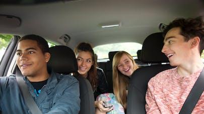 adolescents en voiture