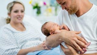 papa et son bébé juste après accouchement