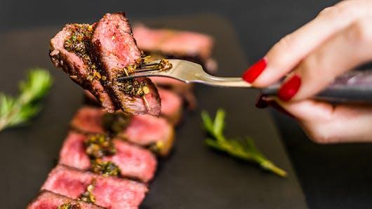 Cancer colorectal: un risque augmenté chez les femmes qui mangent de la viande rouge