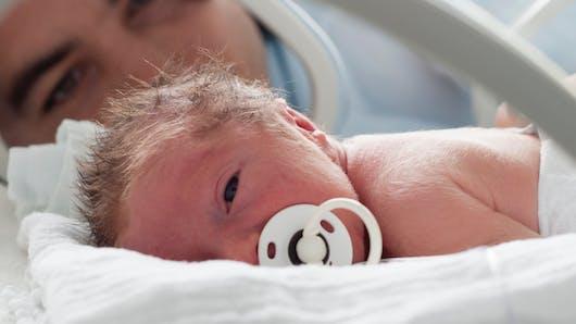 Bébé prématuré ou hospitalisé: bientôt un congé paternité plus long?